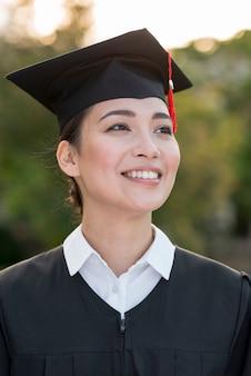 Concept de remise des diplômes avec portrait de femme heureuse