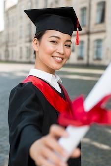 Concept de remise des diplômes avec portrait de fille heureuse
