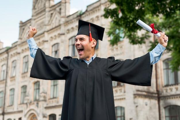 Concept de remise des diplômes avec portrait d'un homme heureux