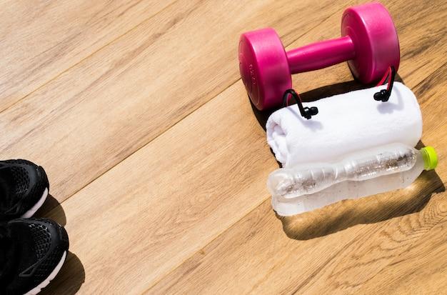 Concept de remise en forme, équipement d'exercice sur un fond en bois avec espace de copie