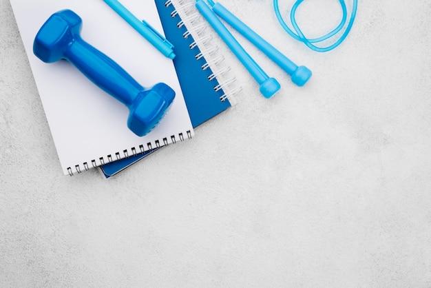 Concept de remise en forme avec haltère bleu