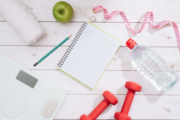 Concept de remise en forme avec haltères et pomme rouge - sport et loisirs