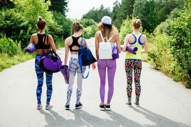 Concept de remise en forme, de sport et d'amitié - jeune fille avant une séance d'entraînement dans le parc