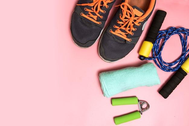 Concept de remise en forme et de sport avec des baskets, une bouteille d'eau et un ruban à mesurer