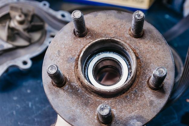 Concept de remplacement de l'ancien moyeu rouillé et démontage de la voiture à roulement de roue