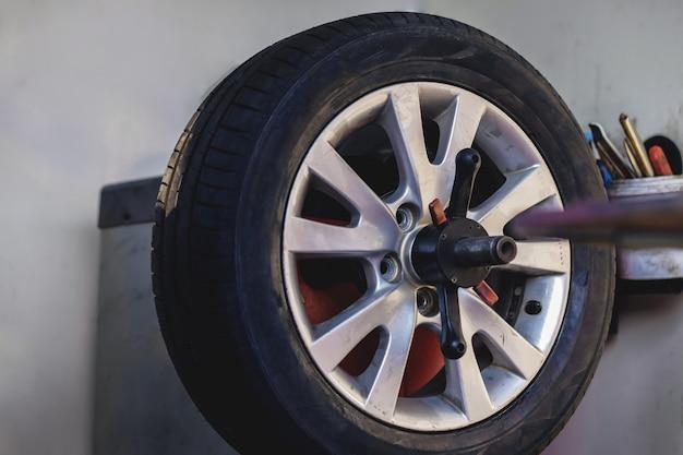 Concept de remplacement de pneu. garage 'outils et équipements. entretien de la voiture et services