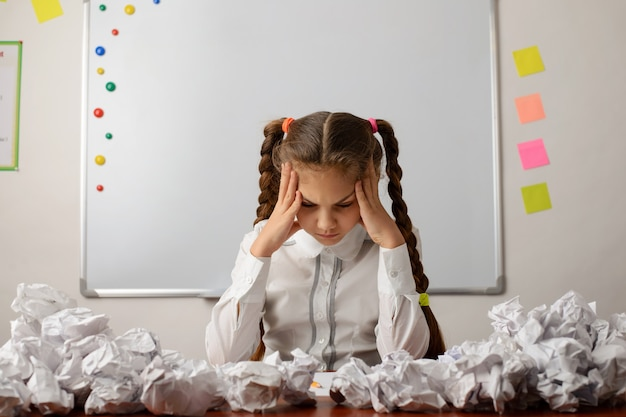 Concept de remue-méninges en pensant à un échec difficile, à une décision difficile à effectuer une tâche difficile