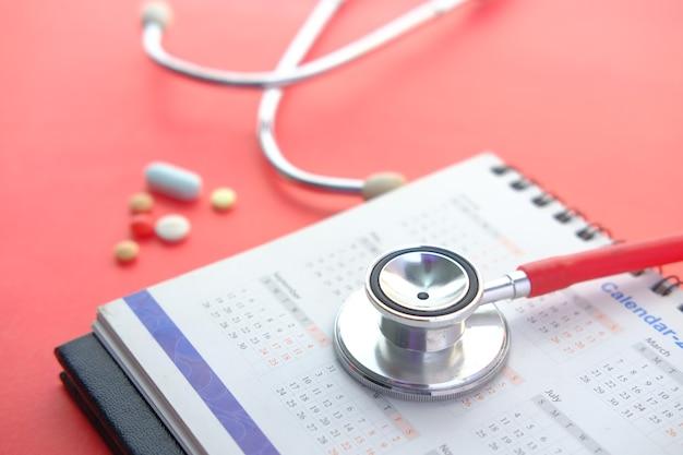Concept de rendez-vous médical avec stéthoscope et calendrier sur table