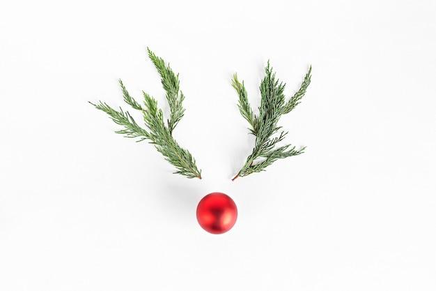 Concept de renne de noël fait de branches et de boule de noël. idée saisonnière d'hiver minimaliste. composition vue de dessus à plat