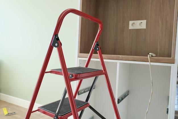 Concept de réparation, fabrication et installation de mobilier, escabeau en intérieur