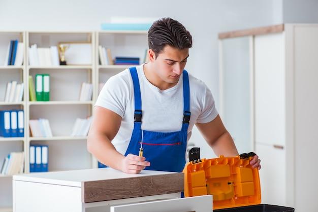 Concept de réparation et montage de meubles