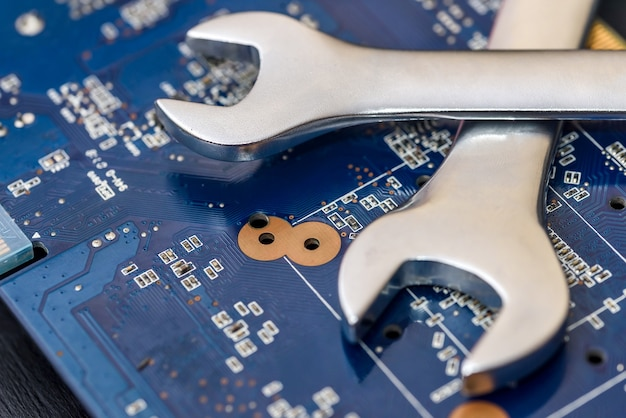 Concept de réparation d'ordinateur, clé sur la carte mère se bouchent