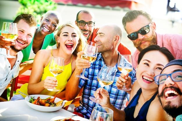 Concept de repas de gens divers