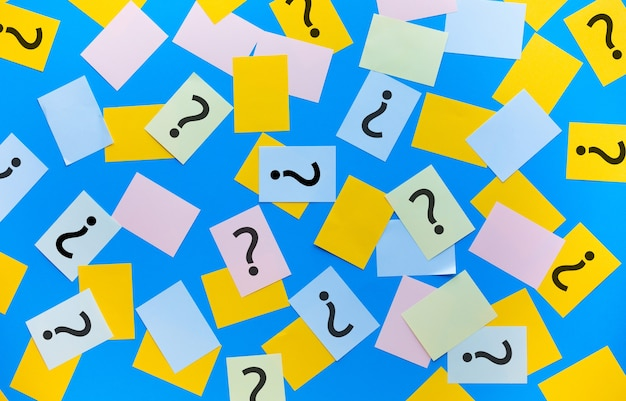 Concept de réponse de point d'interrogation avec signe sur papier à lettres coloré