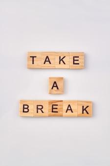 Concept de repos et de détente. faites une pause avec des blocs de construction en bois isolés sur fond blanc.