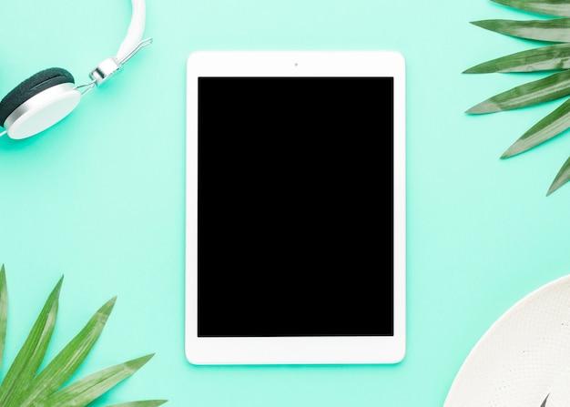 Concept de repos avec tablette sur surface claire