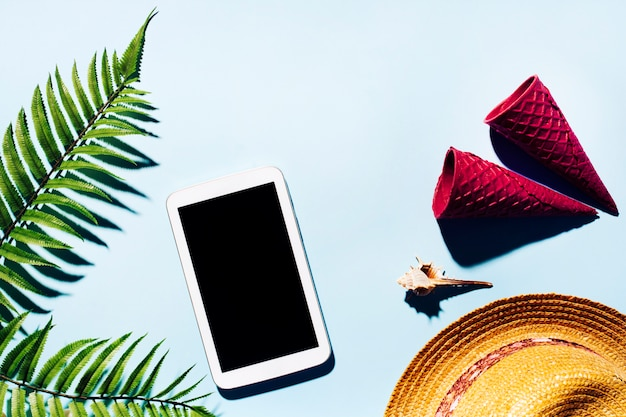 Concept de repos avec tablettes et tasses de gaufrettes croustillantes sur une surface claire