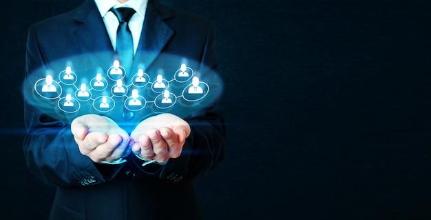 Concept de réseau de consommateurs sur fond bleu foncé