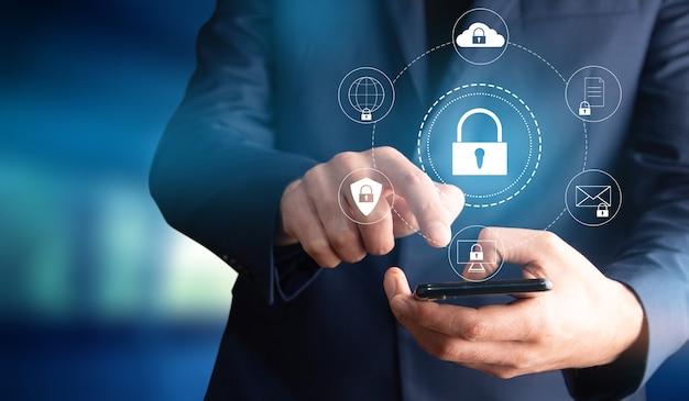 Concept de réseau de cybersécurité, réseau de protection des mains de l'homme avec serrure
