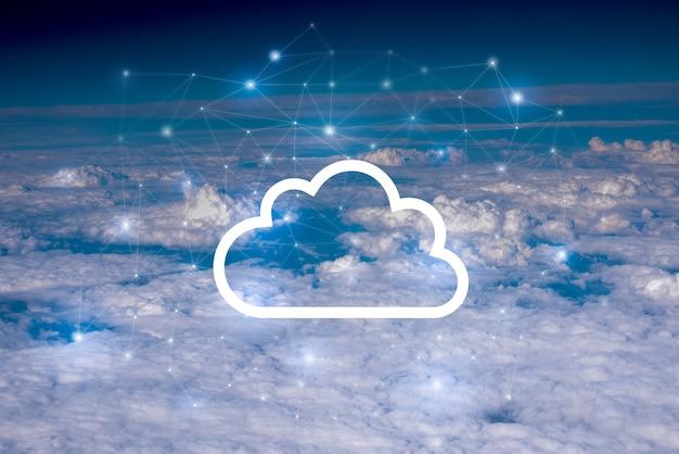 Concept de réseau et de nuages dans le ciel