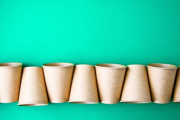 Le concept de restauration rapide écologique avec des tasses en carton de matériau écologique isolé