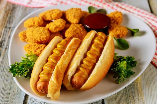 Concept de restauration rapide. hot dog et nuggets de poulet au ketchup.