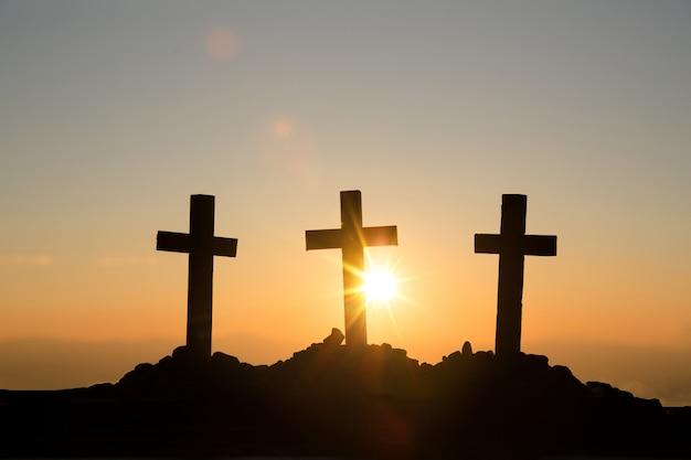Concept de la résurrection: crucifixion de jésus-christ en croix au coucher du soleil