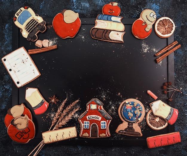 Concept de retour à l'école fait avec des biscuits de pain d'épice sur un fond de tableau noir avec fond