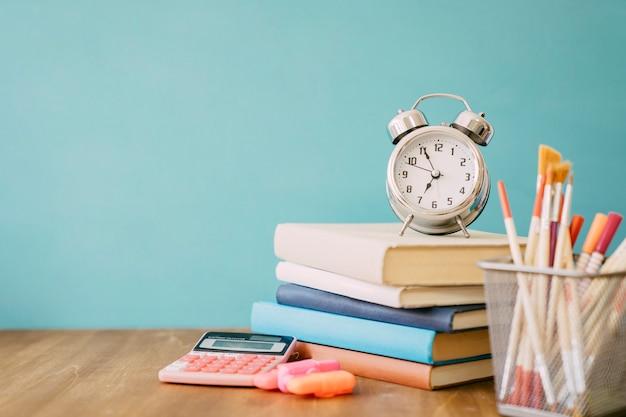 Concept de retour à l'école avec pile de livres