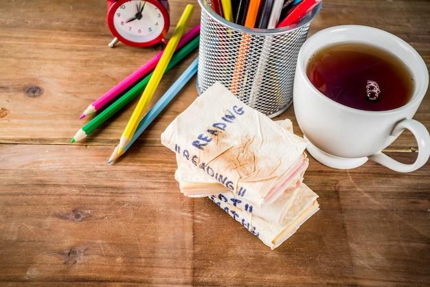Concept de retour à l'école, sandwichs scolaires créatifs pour le petit déjeuner ou le déjeuner, avec du fromage et du jambon