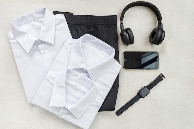 Concept de retour à l'école avec des uniformes et des appareils électroniques