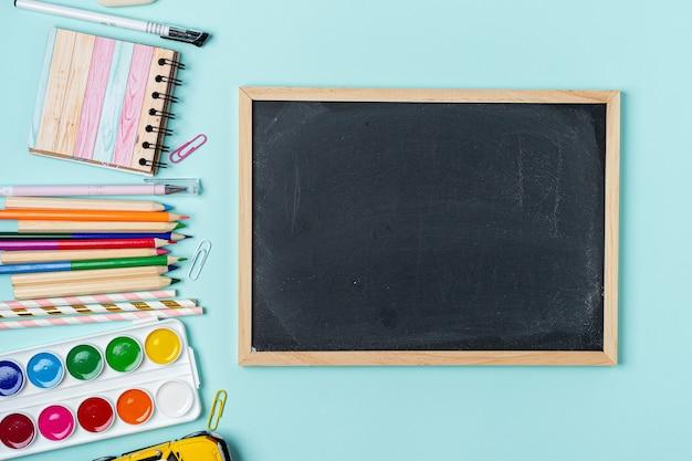 Concept de retour à la papeterie de tableau scolaire