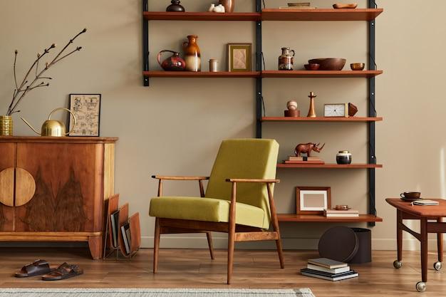 Concept rétro moderne d'intérieur de salon avec fauteuil élégant, étagère en bois, livre, cadre photo, décoration et accessoires personnels élégants dans la décoration intérieure.
