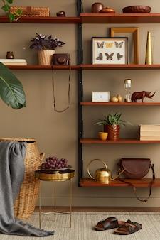 Concept rétro moderne d'intérieur de salon avec mobilier élégant, livre, cadre photo, décoration et accessoires personnels élégants dans la décoration intérieure.