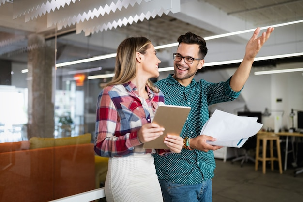 Concept de réunion de bureau de planification de brainstorming de travail d'équipe d'architectes de concepteur de gens d'affaires
