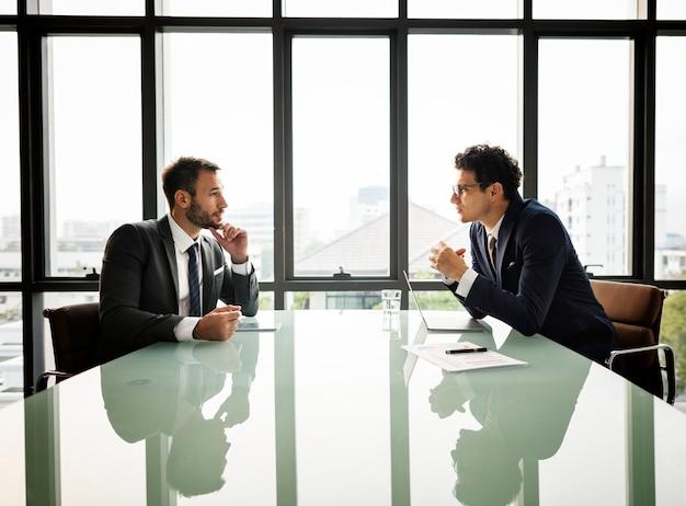 Concept de réunion de communication homme d'affaires