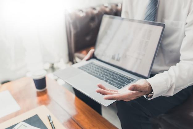 Concept de réunion d'entreprise de travail d'équipe, partenaires commerciaux travaillant ensemble avec un ordinateur portable