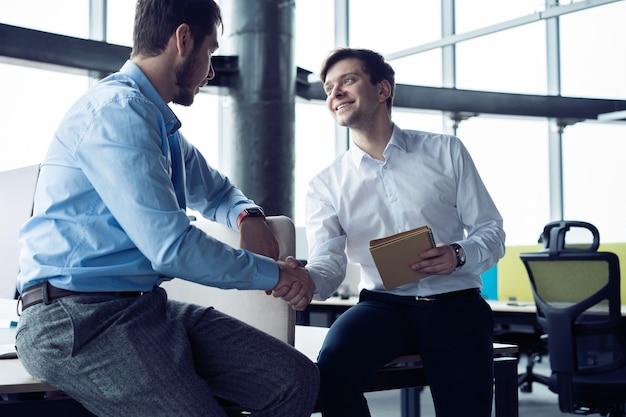 Concept de réunion de partenariat commercial. poignée de main d'hommes d'affaires. des hommes d'affaires prospères se serrent la main après une bonne affaire.