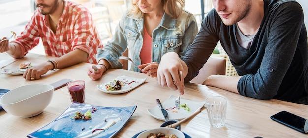 Concept de réunion de restauration de salade