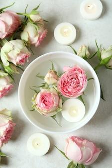 Concept romantique avec des roses sur une table texturée blanche