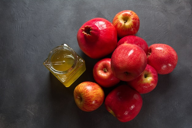 Concept de rosh hashanah (nouvel an juif). pot de miel et grenade