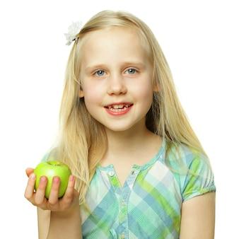 Concept de saine alimentation, fille enfant souriante tenant la pomme verte, beau visage gros plan