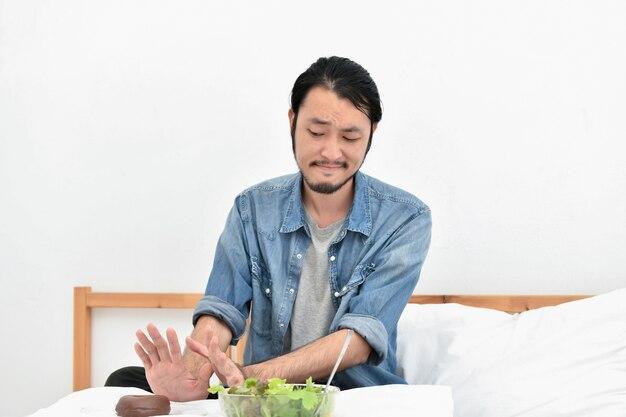 Concept de la saine alimentation. les hommes asiatiques choisissent de manger avec leurs mains.