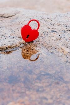 Concept de la saint-valentin et de l'amour avec cadenas en forme de coeur. la clé la plus douce et le symbole de romance.
