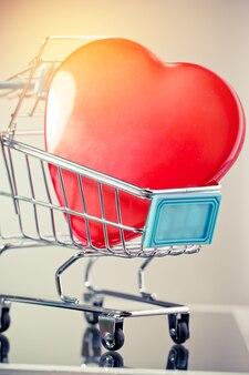 Concept de saint valentin amour sans fin, coeur rouge dans votre panier, supermarché de panier