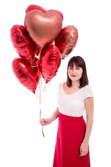 Concept de la saint-valentin ou d'anniversaire - femme avec des ballons rouges isolés sur fond blanc