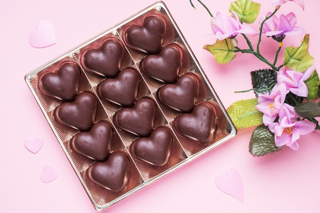 Concept de la saint-valentin. bonbons au chocolat, coeurs sur fond rose