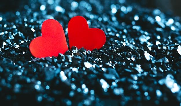Concept de la saint-valentin. coeur rouge sur fond bleu avec bokeh.