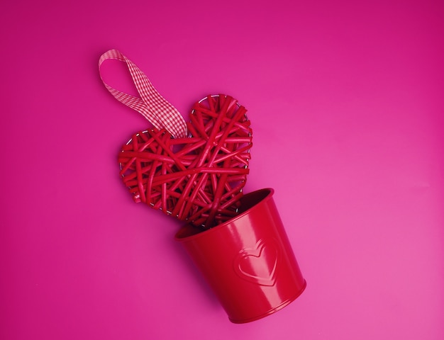 Concept de la saint-valentin, coeur rouge et pot de fer rouge.