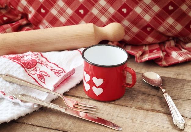 Concept de saint-valentin avec coeurs décorés mug et ustensiles de cuisine